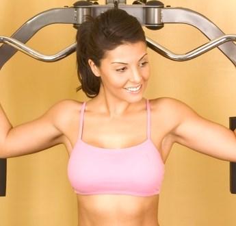 Muskelpåverkan och lägesförändring med bröstimplantat framför muskeln.